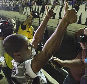 Marcelinho vibrando com a Fiel, depois de marcar um gol. CONTRA o Corinthians. Pelo Santo André.